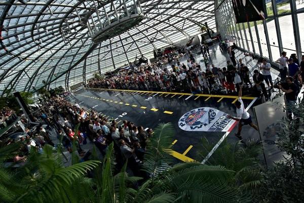 世界紙飛機大賽台灣區決賽28日開飛。(圖/紅牛提供) 體育中心/綜合報導 三年一屆的Red Bull Paper Wings世界紙飛機大賽今年再度席捲全球,全球共500場預賽上萬名紙飛機高手挑戰飛遠、飛久、花式飛行三項賽事,台灣區賽事歷經三個月共十六場校園預賽及兩場區域資格賽,超過一千位各項飛行好手力拼最後晉級,3月28日(六)將在台北實踐大學體育館備機決戰台灣總決賽。 花式飛行由選手準備服裝表演,評審團由花式表演好手Red Bull運動員BMX鄭喬鴻、花式籃球球魁陳勇勝、及TC舞團 B-Boy查克擔任