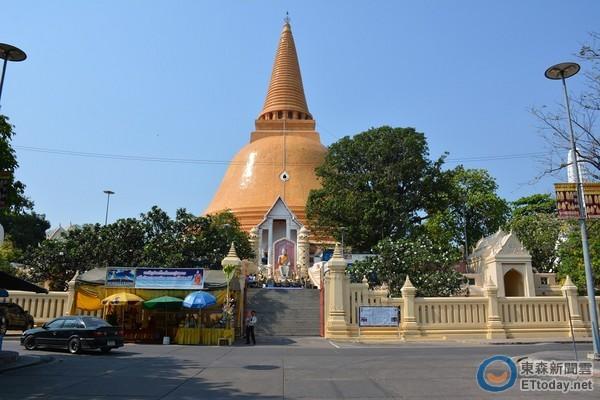 佛統大塔。(圖/記者李姿儀攝,以下皆同) 記者 李姿儀/泰國報導 佛統府位於泰國南部,距離曼谷約58公里,盛產鴨肉、柚子、稻米等,境內最著名的景點就是有「第一佛塔」之稱的佛統大塔。佛統大塔歷史悠久從公元九世紀即建於此地,至今已一千多年。 遠遠的就看到昂然聳立的金色高塔,這,就是佛統大塔。爬上樓梯,隨喜香油錢,入境隨俗的拿起配套好的香、荷花花苞、金箔、菩提葉造型竹籤等跟著步驟,順著人潮在佛像面前誠心參拜,插上香,將20銖插入蓮花造型竹籤放置於一旁的圓筒內,最後再依序將金箔仔細黏上佛像,祈求平安。 更多佛統