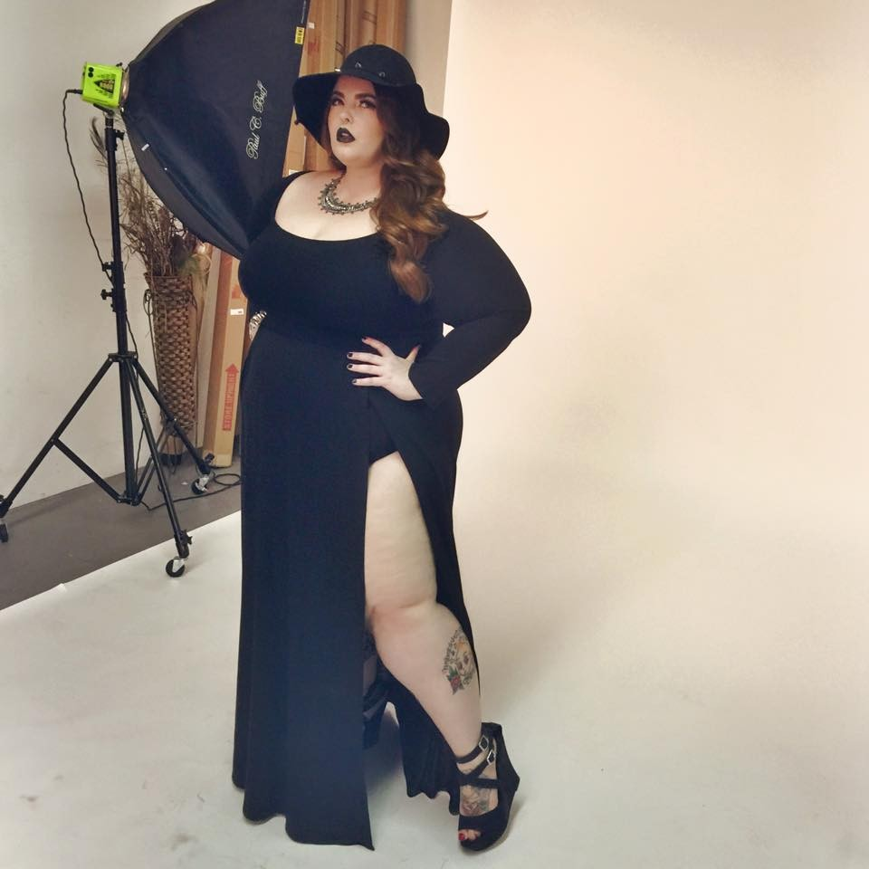 英国知名模特儿经纪公司先前签下「超大号女模」泰斯霍丽迪(tess