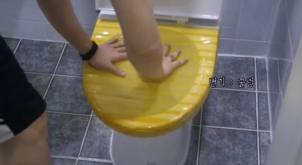 用膠帶自製通便貼,韓網友壓5下...馬桶居然「吐」給他看。(圖/翻攝Youtube) 國際中心/綜合報導 南韓有一款名為「Bongtu」()的通便貼紙,只要用它「封死」馬桶再沖水按壓,就能將阻塞的排泄物瞬間排除,因為這項技術,讓這張薄薄的貼紙就要價12000韓元(約342台幣)。近日,一名網友異想天開,在家自製通便貼,雖然乍看之下與正品沒什麼兩樣,但在按壓了幾下後,這張仿冒品居然讓馬桶「反芻」了。 這段影片是由一對南韓的姐弟所拍攝,姐姐在影片一開始表示,他們在這個家住了12年,馬桶一向都很聽話,沒想