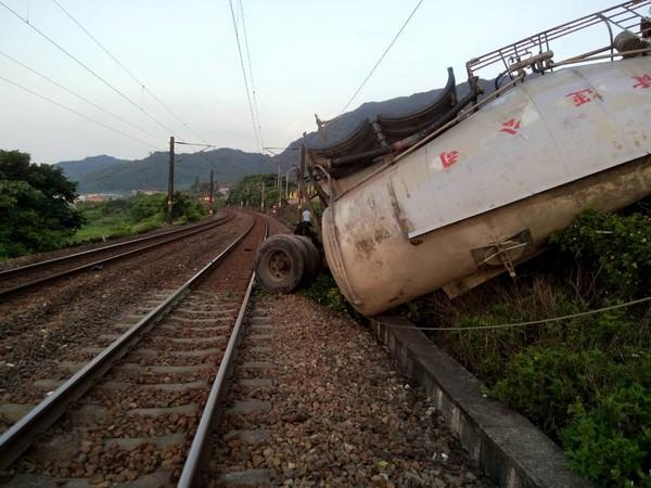 水泥车撞电线杆「翻落铁道」