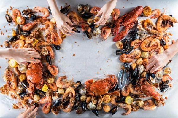 知名海鲜餐厅「dancing crab」,强调只能用手抓餐点来吃而著名.