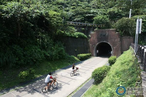 福隆親子自行車小旅行!穿過舊草嶺隧道看見湛藍大海 ...