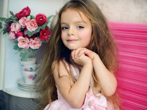 她担任小小模特儿