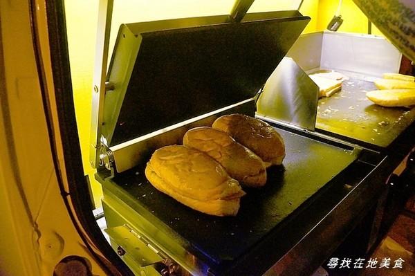 另一台機器是專門來熱壓古巴三明治,時間大約也要 ...