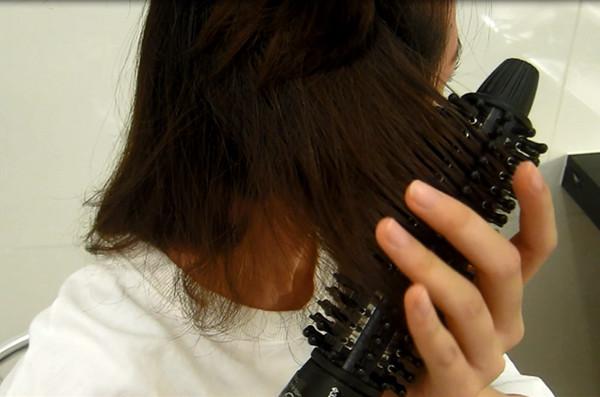 将头发分成三层,利用电卷棒将头发弄卷.