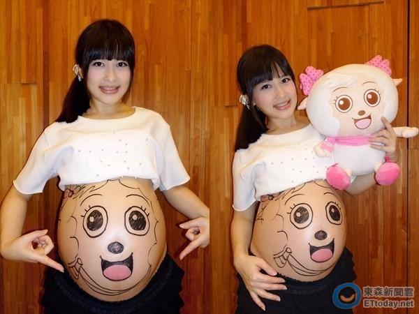 仿照卡通《喜羊羊》中的人物「美羊羊」,画了1只可爱的羊宝宝在肚皮上