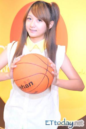 14岁萌妹许雅涵小学四年级就出唱片,比起其他同学还多个「艺人」身分