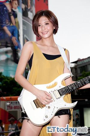 因为一个人可以同时弹奏钢琴,古筝和小提琴,在网路上爆红的台湾才女