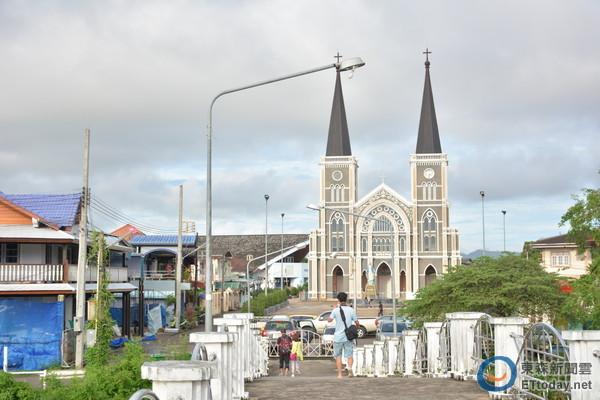 朝圣泰国最大最美天主教堂 街边惊见东京名产!