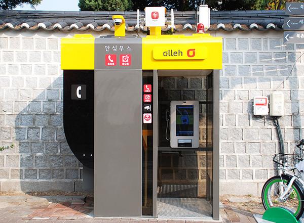 则是有水族箱电话亭的装置艺术,纽约则是有人设计成小型网咖,大搞创意