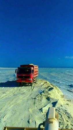 南海造陆施工照首曝! 大货车不断倒沙填满「美济礁」