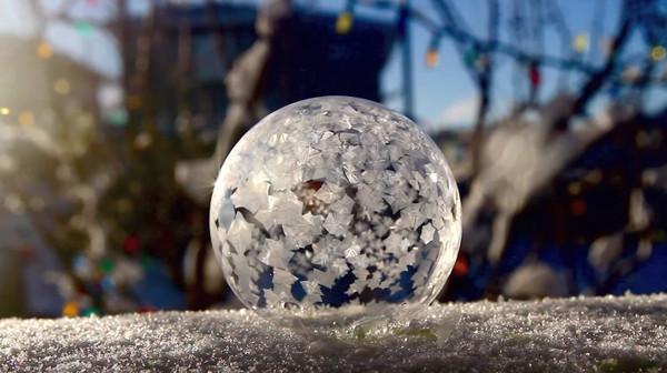 泡泡15秒成雪花球,美到不可思议.(图/翻摄自youtube)