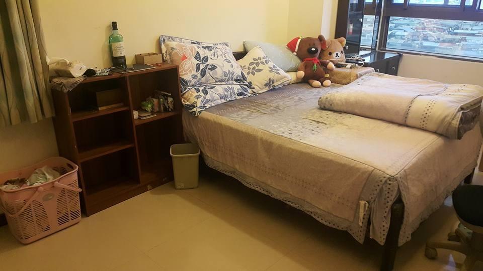 附上他房间内的照片,表示这是周末在家「耍废」的成果,只见物品摆设