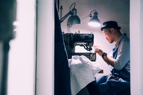 创立poi后,吴柏仪也跟著师傅学了五年的裁缝工艺.