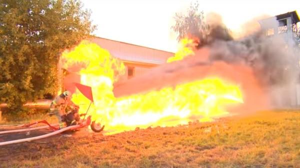水箭龟vs喷火龙… 强力水柱对决喷射火焰谁赢了?