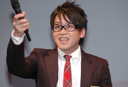 前田敦子素颜戴眼镜的模样被酸像谐星宫川大辅