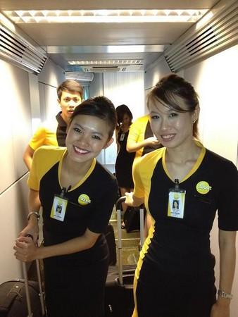 新加坡廉价航空公司「酷航」首航班机18日飞抵桃园机场,一位酷航空姐