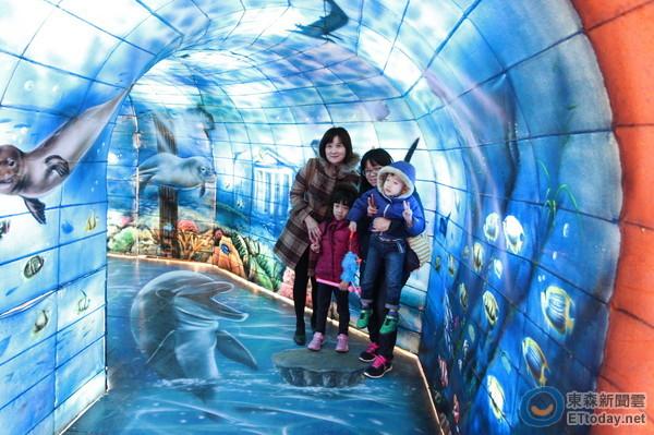 人工手绘的3d立体画,彷佛进入梦幻的海底隧道.