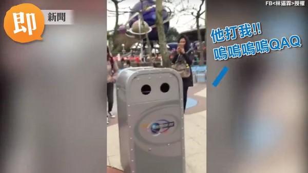 香港迪士尼垃圾桶「小推」會說話,引發網友好奇。(圖/即新聞,下同) 生活中心/台北報導 網友「林逼霖」近日到香港迪士尼樂園玩,發現一個會與人對話的垃圾桶「小推」,還不小心讓對方淚奔,引起熱烈討論;有網友覺得,垃圾桶比Siri還聰明。對此,台北城市科技大學電機系助理教授魏朝鵬表示,應該是遠端控制。 「你為什麼看著我?我叫小推!」垃圾桶突然開口和網友對話,「你好,台灣的帥哥,我可以跟你拍個照嗎」;垃圾桶說,「你可以抱我一個嗎」,結果被會錯意了網友打了一下,立刻哭著逃離現場,「他打我,嗚嗚嗚嗚嗚&hellip