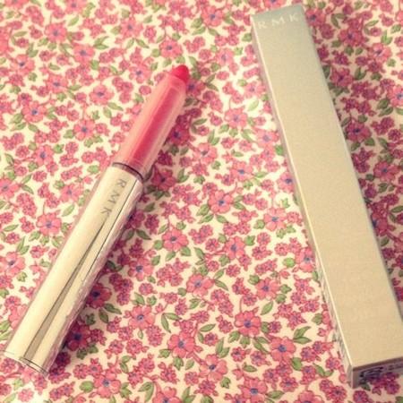 イク就是利用蜡笔状口红作为卧蚕眼妆的工具,制造出外国人风的光泽感
