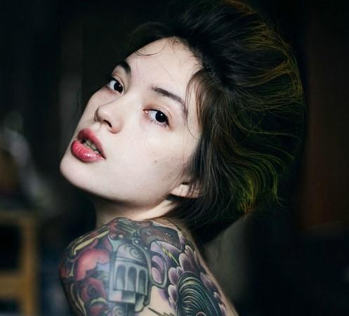 ryusaki,身体右侧也布满各式图案的刺青,个头娇小的她,还在脸颊两侧钻