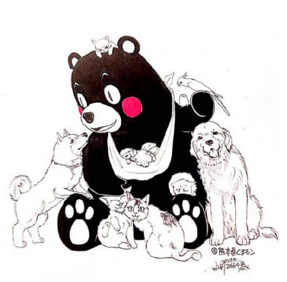 小动物环绕的熊本熊面带笑容