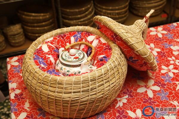 使用稻草,花布,棉花手工制作的汶水茶寿.(图/记者陈睿中摄,以下同)