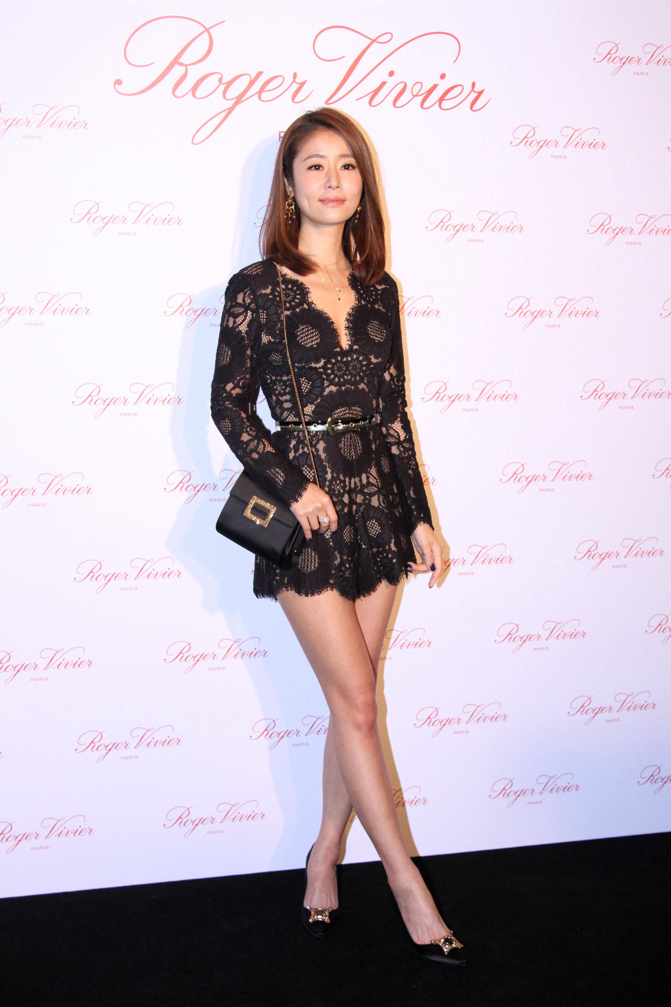 林心如另一套蕾丝短裙大秀美腿,凸显好身材,这应该才是霍建华最爱的图片