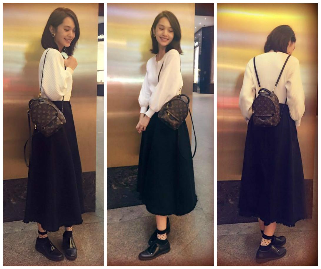 杨丞琳也有lv后背包,不过她的是迷你尺寸,肩背带较细,相当小巧可爱.