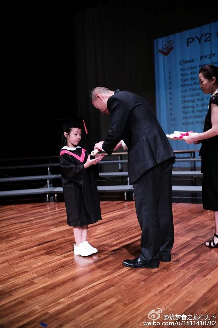 趙薇女兒「小四月」幼稚園畢業。(圖/翻攝自黃有龍微博)