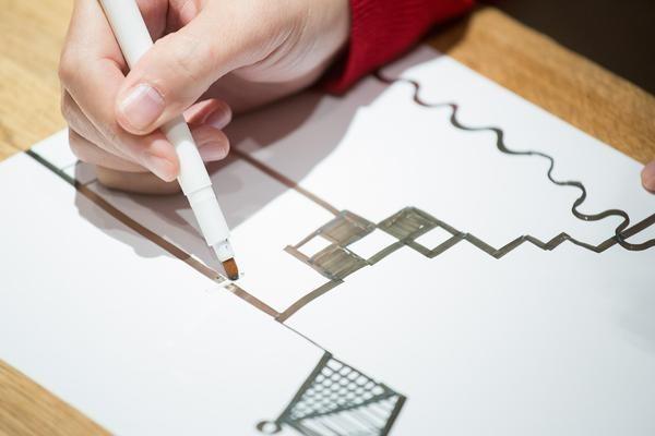 日本人用银与墨水打造超神奇导电笔