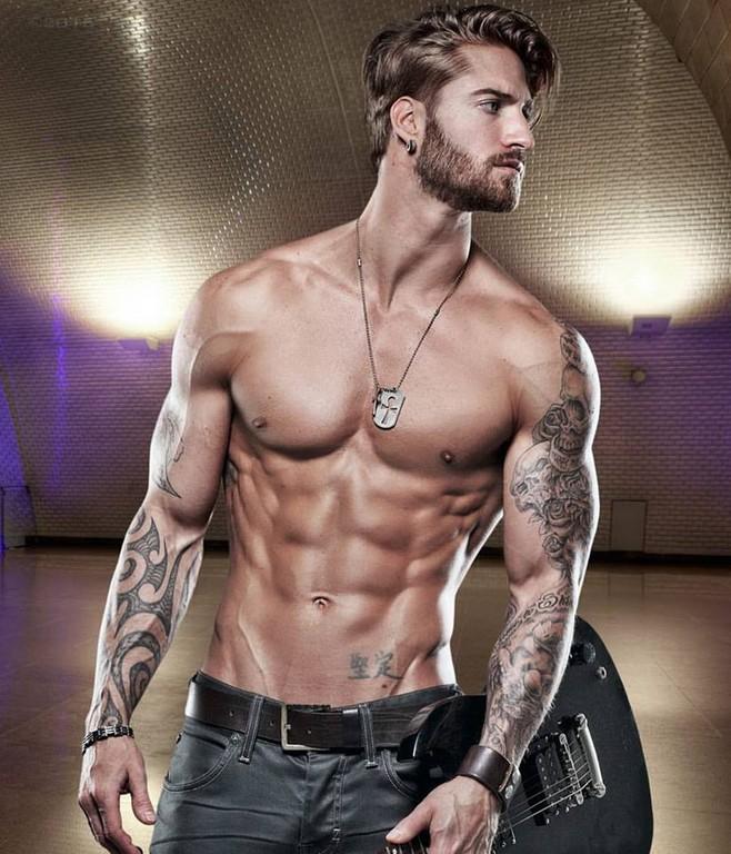 好想当那只猫!肌肉男模「举猫」健身 还刺青在身上
