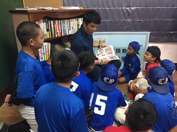 周思齐推广阅读教室 鼓励打棒球小朋友多看书
