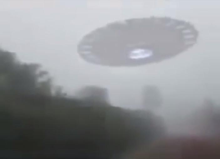 UFO巨大飛碟降落肯亞?! 駕駛疑拍攝全過程 | 文章內置圖片