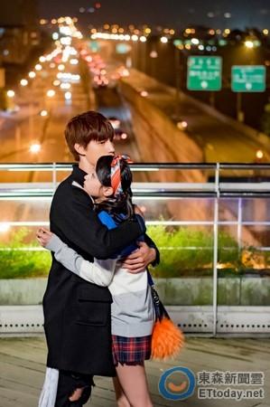 《终极4》天桥拥抱甜爆! 宏正一把man抓文雨非入怀