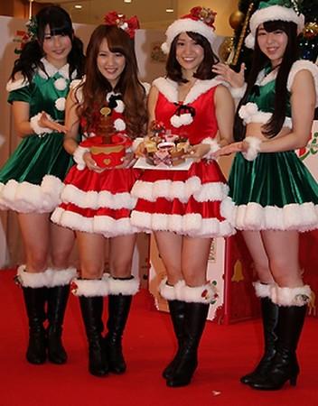 左起akb48横山由衣,高桥南,大岛优子,峯岸南参加圣诞节活动记者会.