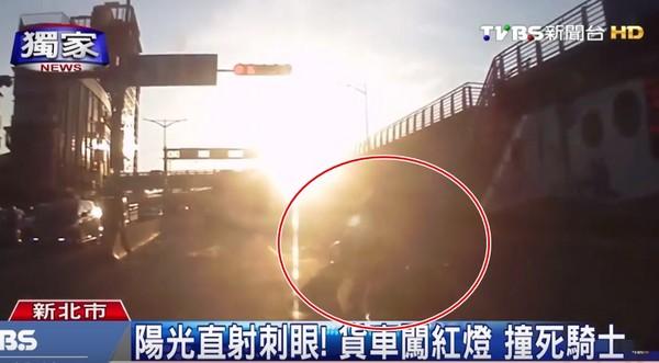 日落「阳光太刺眼」!货车驾驶误闯红灯 撞死机车骑士