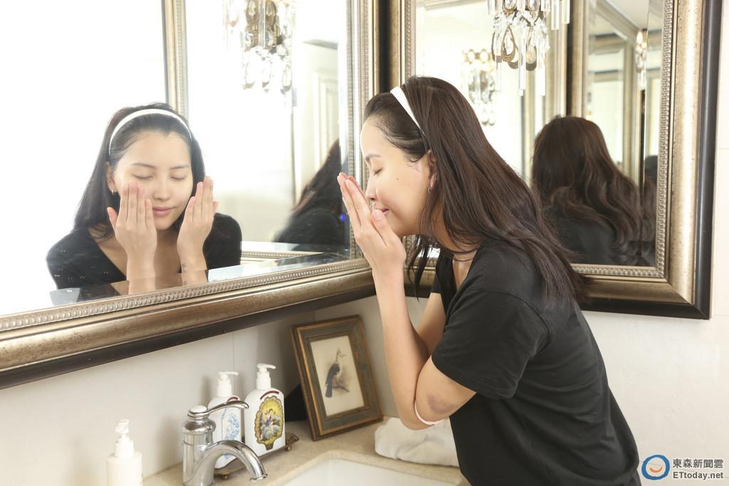 《洗脸步骤》 1. 先把双手打湿,将水稍微抹在脸上.