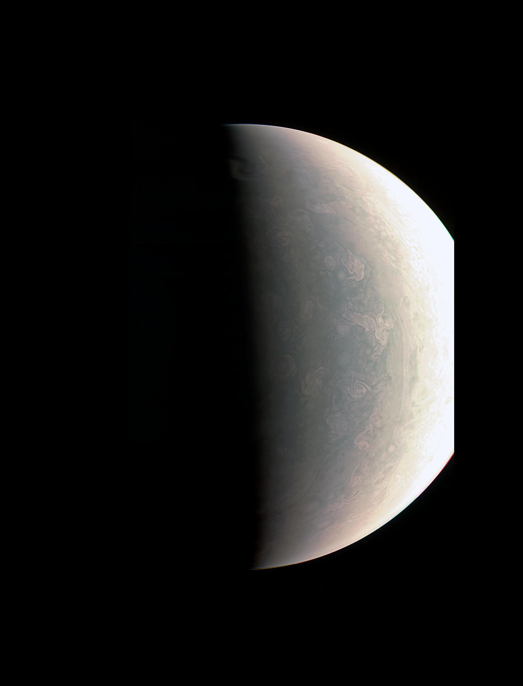 木星北極比其他地域還藍(圖/翻攝於NASA官網) 繞行木星軌道的朱諾號,在八月底拍下木星後,傳回的照片中可以讓世人看見木星上的彩色雲帶、及傳說中的木星大紅斑,另外首席研究員 Scott Bolton(史考特.波爾頓)發現其實木星北極地區顏色比其他地域都還要「藍」,而且可以看出呈現許多小漩渦的「暴風圈」。