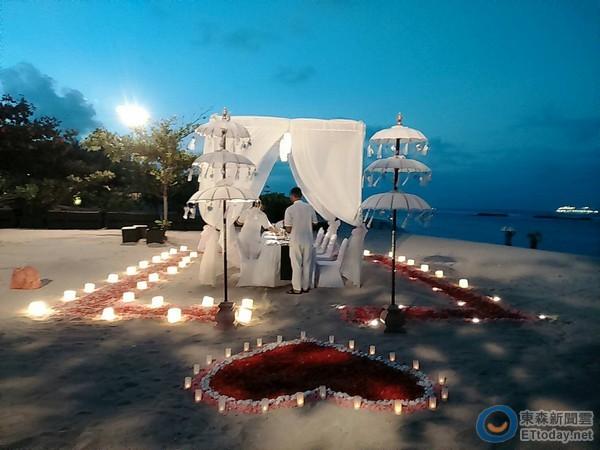 附近海滩也有惊喜海滩婚礼,周遭布置的十分浪漫.