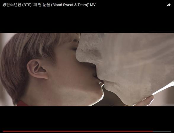 成员jin在mv中亲吻雕像.(图/翻摄自youtube)