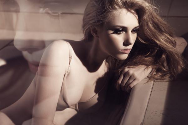 法国嫩模安西娅曝性感杂志写真 全裸入镜晒双球