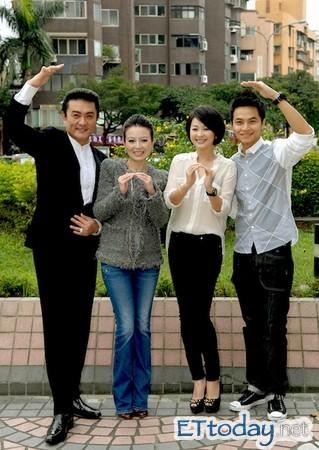 左起李王罗,苗可丽,六月以及杨铭威.(图/华视)