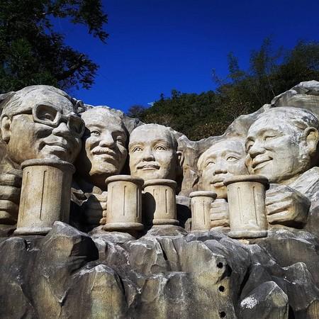 美国总统山」四位总统,换成毛泽东与国父等五位总统一起喝茶的q版雕像
