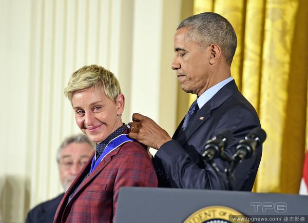 艾倫狄珍妮接受歐巴馬表揚「總統自由獎章」。(圖/達志影像)