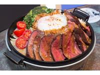 肉食控的最愛 厚切粉紅色牛排的五星級牛排飯超誘人。CooK BEEF!酷必。王品集團。(圖/黃士原攝)
