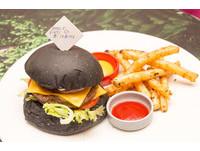 為經典賽中華隊加油 美福推「完勝全擊」漢堡餐。(圖/黃士原攝)