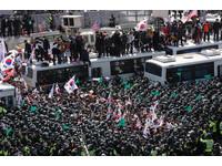 朴槿惠下台,示威群眾激動衝突。(圖/路透社)