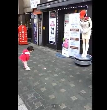 好傻好天真! 南韩小萝莉对弯腰机器人鞠躬「回礼」